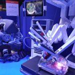 Un chirurgien pilotant facilement des bras articulés, pour une précision extrême sans tremblement